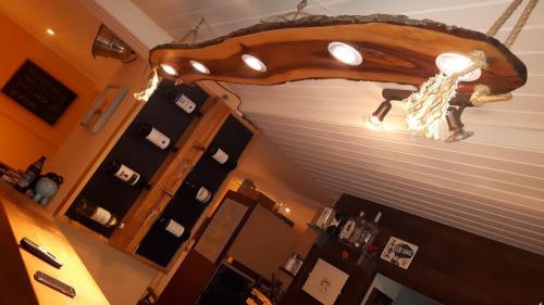 Weinregal zum Beschriften  und Lampe mit 5 LED Strahlern